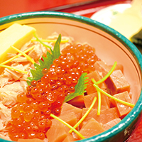 """Salmon and salted salmon roe rice bowl"": Make your own hand-rolled sushi (makizushi)"
