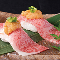 Roasted sirloin sushi with sea urchins (2 pieces)